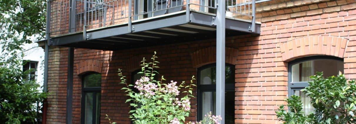 Balkon, Grün, begrünen, Balkongeländer, Balkonbrüstung, Balkonien, Balkonmöbel, Gartenmöbel, Ziegel Fassade, Garten, Draußen, Outdoor