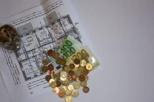 Geld, Bau, Kosten Architekt, Baupläne, Bauplan, Gebäudeplan, Grundriss, Geldscheine, Münzen, Sparschwein, teuer