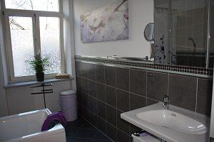 Badfliesen, Badezimmer, Bad, Spiegelschrank, Waschbecken, Leinwand, Bild, Wand, Mülleimer, Handtücher, Fliesen, Pflanze, Badewanne,