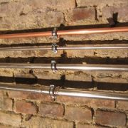 Für den Bau einer Trinkwasserleitung stehen viele Materialien zur Verfügung - Tipp zum Bau verrät Ihnen, welches sich für Sie am besten eignet.