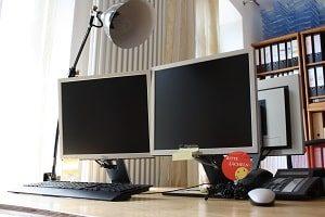 Bürobeleuchtung, Lapme, Glüchbirne, Bildschirm, PC, Computer, Sticker, Tastatur, Maus, Telefon, Heizung, Vorhang, Regal, Kabel