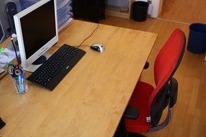 Büromöbel, Schreibtischstuhl, Drehstuhl, Sitzplatz, Holztisch, Schreibtisch, Tastatur, Maus, Computer, Arbeitsplatz, Glas, Schere, Stifte