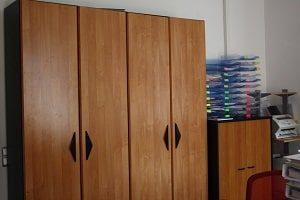 Schrank, Holzschrank, Holzverkleidung, Ablagen, Plastikablagen, Drucker, Drehstuhl, Schreintischstuhl