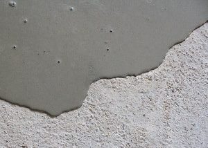 Tipp zum Bau zeigt Ihnen, wie Sie Ihren Boden richtig auf das Verlegen von Bodenfliesen im Wohnbereich vorbereiten