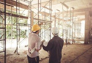 Der Maurer macht den Rohbau eines Hauses. Dabei und vor allem danach kommen viele andere Handwerker zum Einsatz.