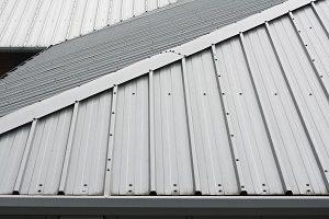 Tipp zum Bau stellt Ihnen die verschiedenen Metallarten für Ihr Dach vor.