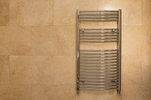 Bei Tipp zum Bau erfahren Sie, in welchen Formen Heizkörper im Badezimmer zu finden sind.