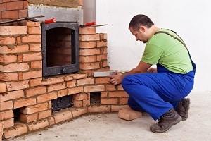 Tipp zum Bau zeigt Ihnen einen Kaminbauer, der einen Kachelofen einbaut.
