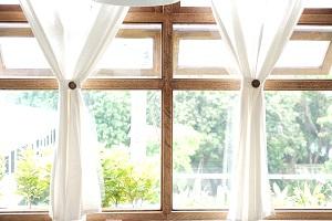 Tipp zum Bau erklärt Ihnen, wie Sie Ihre Fensterrahmen mit Innenlack schützen.