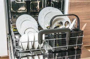 Spülmaschine offen, sauberes Geschirr, Geschirrspüler offen