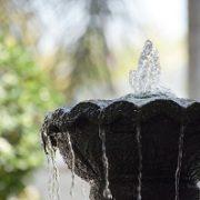 runder Springbrunnen. Wasserspiel im Garten, Fontäne