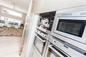 Tipp zum Bau zeigt Ihnen, wie moderne Einbaugeräte in Designküchen aussehen.