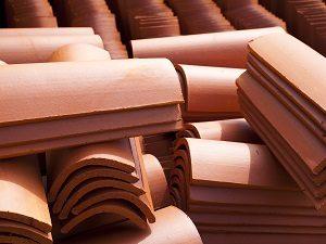 Über die Möglichkeiten der Dacheindeckung informieren Sie sich bei Tipp zum Bau.