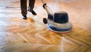 Tipp zum Bau rät Ihnen Ihren Holzfußboden regelmäßig abzuschleifen.