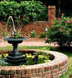 Teiche und Springbrunnen verleihen jedem Garten das gewisse Etwas.Mehr Inspiration können Sie bei Tipp zum Bau finden.