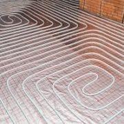 Eine Fußbodenheizung im Badezimmer sorgt für angenehme Wärme. Bei Tipp zum Bau erfahren Sie mehr.