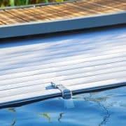 Ein Pool muss richtig abgesichert werden. Tipp zum Bau erklärt Ihnen alles zu Poolabdeckungen.