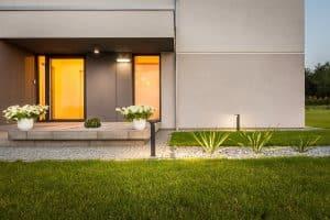 Tipp zum Bau erklärt, dass Wegbeleuchtung vor Einbrechern und Stolpern im Dunkeln schützt.