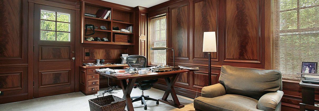 Dunkles Holz jhat sich immer bewährt. Richten Sie Ihr Home Office mit Tipp zum Bau stilsicher ein.