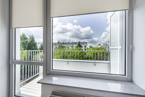 Bei der barrierefreien Sanierung sind auch Fenster barrierefrei zu gestalten. Tipp zum Bau erklärt, worauf es dabei ankommt.