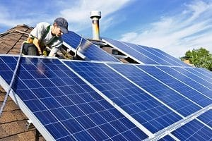 Photovoltaik-Anlagen anzubringen ist eine der Fähigkeiten eines Spenglers. Tipp zum Bau verrät, welche Kompetenzen dieser noch besitzt.