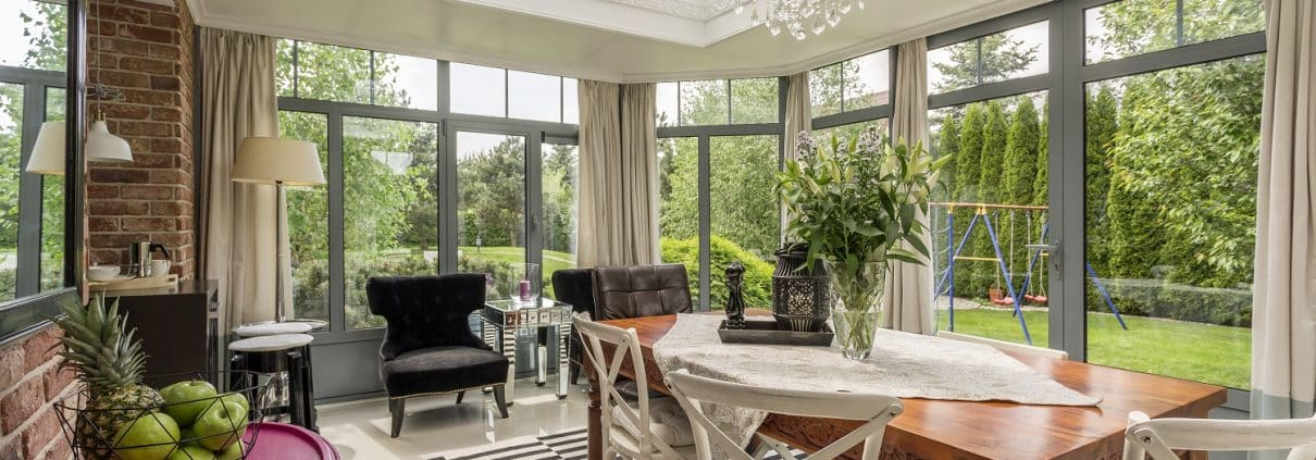 Gestalten Sie Ihren Wintergarten mit Tipps zur Inneneinrichtung zum gemütlcihen Wohnraum auf. Tipp zum Bau zeigt Ihnen wie.