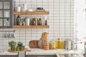 Tipp zum Bau zeigt Ihnen, wie Sie die Fugen an Ihrer Küchenrückwand richtig behandeln.