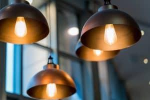 Tipp zum Bau zeigt Ihnen, wie Sie das Schienensystem als Befestigungsmaterial für Lampen nutzen können.
