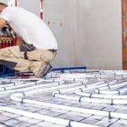 Informieren Sie sich bei Tipp zum Bau, für welche Schritte beim Bau einer Trinkwasserleitung ein Installateur nötig ist.