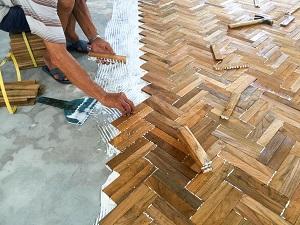 Durch Tipp zum Bau erfahren Sie, was beim Verlegen von Holzfußböden zu beachten ist.