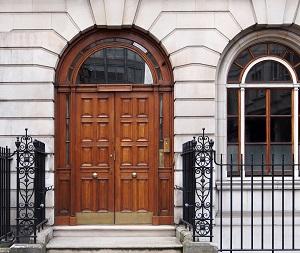 Tipp zum Bau erklärt die Sanierung zum altersgerechten Wohnen im Eingangsbereich.