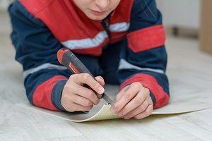 Wie Sie Ihren Teppichboden verlegen erfahren Sie bei Tipp zum Bau.