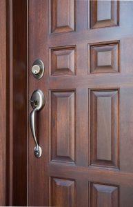 Tipp zum Bau stellt Ihnen die verschiedenen Materialien für Ihre Haustür vor.
