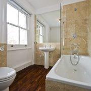 Badezimmer, brauner Marmor, Holzboden
