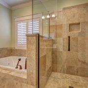 Naturstein kann auch gut im Bad verbaut werden. Tipp zum Bau zeigt Ihnen, wie Sie gekonnt Akzente setzen.