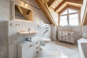 Badezimmer Keramik, Wand, Boden, Weiß, Holzdecke, Fenster
