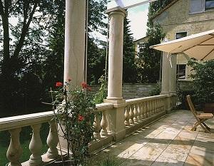 Tipp zum Bau informiert über die vielfältigen Einsatzmöglichkeiten von Naturstein als Säulen, Böden sowie Geländer.