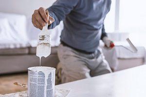 Die Voraussetzungen des Anstrichs mit Wandfarbe erfahren Sie bei Tipp zum Bau.