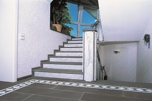 Tipp zum Bau informiert Sie, auf was Sie bei der Auswahl der Bodenfliesen im Wohnbereich Acht geben müssen.