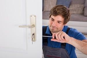 Tipp-zum-Bau erklärt Ihnen, wie Sie eine neue Türklinke anbringen. Finden Sie einen zuverlässigen Installateur in unserem Baubranchenbuch.