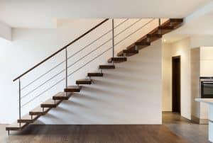 Finden Sie bei Tipp zum Bau heraus, wie Sie durch eine Treppenrenovierung Ihre offen Holztreppe sicherer machen.