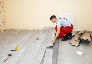 Tipp zum Bau empfiehlt Ihnen das Sanieren der Fußböden während die Wandfarbe trocknet.