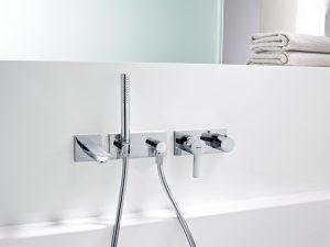 Moderne Badewannenarmatur an weißer Badewanne