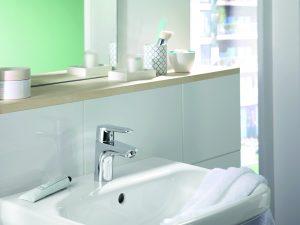 Tipp zum Bau verrät Ihnen, wie Sie Ihr neues Waschbecken mit Sanitärwerkzeugen montieren.