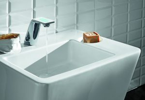 Über die berührungslose Armatur für Ihr Bad mit Barrierefreiheit informiert Sie Tipp zum Bau.