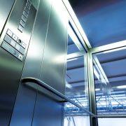 Innenraum eines Glasaufzugs mit Metallleiste bei tipp zum bau