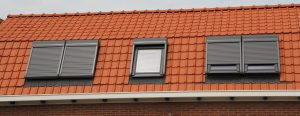 Dachfenster und zugehörige Rollladen auf Tipp zum Bau.