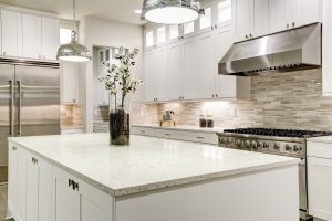 Küchen-Arbeitsplatten sind in vielen Materialien, Formen und Farben zu haben.