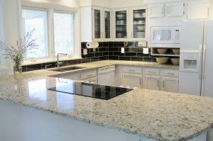 Die Küche in U-Form verfügt über eine Marmor-Arbeitsplatte