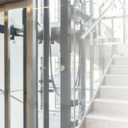 Hydraulikaufzug in modernem Treppenhaus